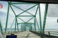 Grenzlinie auf der Brücke